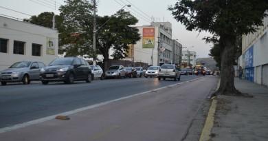 Ciclovia na avenida João Pessoa;  trecho foi alvo de polêmica devido a parada de ônibus de turistas próximo a Gruta N.S. de Lourdes (Foto: Leandro Oliveira)