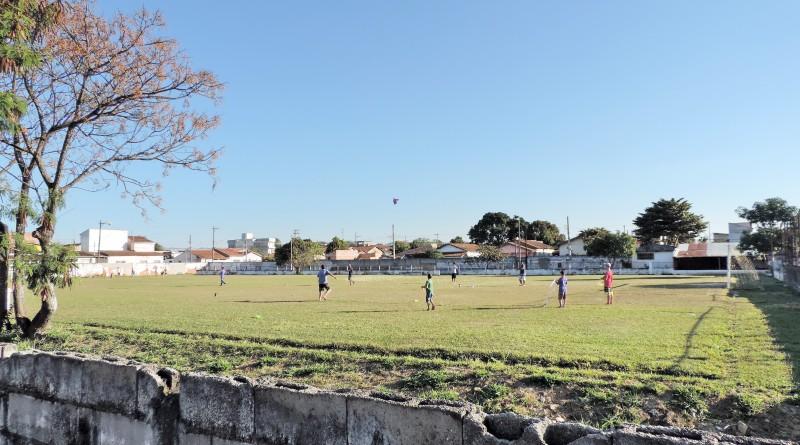Crianças e adolescentes brincam no campo do Rodovias, que passará por reforma; bairro deve contar com também com novo posto do ESF (Foto: Francisco Assis)