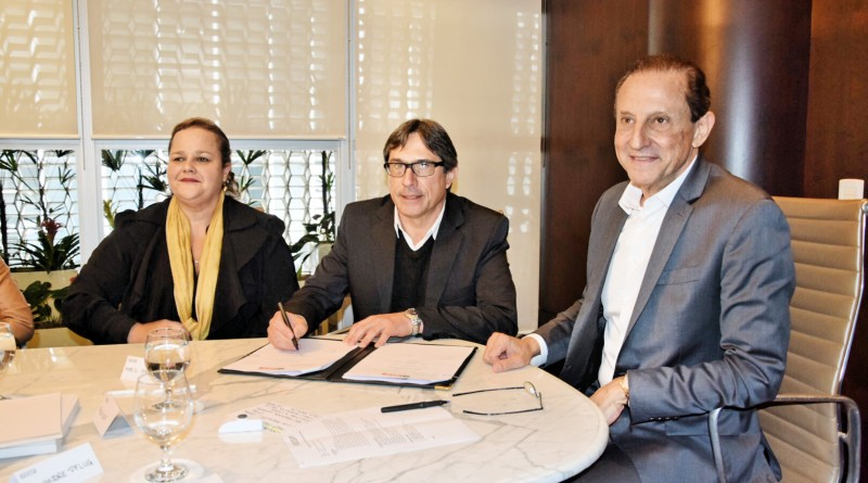 Na ordem: a vice-prefeita Marietta Bartelega, o prefeito Fábio Marcondes e o presidente da Fiesp, Paulo Skaf, durante assinatura de convênios (Foto: Divulgação PML)