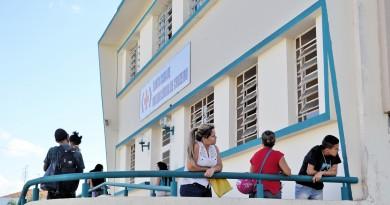 Pacientes aguardam atendimento em frente a Santa Casa de Cruzeiro; entidade nega limitação de exames (Foto: Arquivo Atos)