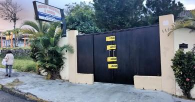 A porta do salão de festa do Sindicato dos Servidores de Guaratinguetá, lacrado desde a última terça (Foto: Estéfani Braz)