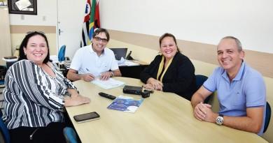 Acompanhado da equipe de governo, o prefeito Fábio Marcondes assina convênio com o Seja Digital (Foto: Divulgação)