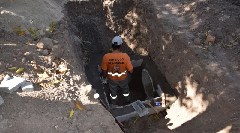 Funcionário da Prefeitura em obra de drenagem na Vila Portugal (Foto: Reprodução)