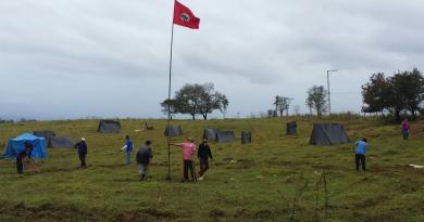 Trabalhadores sem-terra em acampamento às margens da Via Dutra; grupo quer uso de área da Apta (Foto: Reprodução MST)