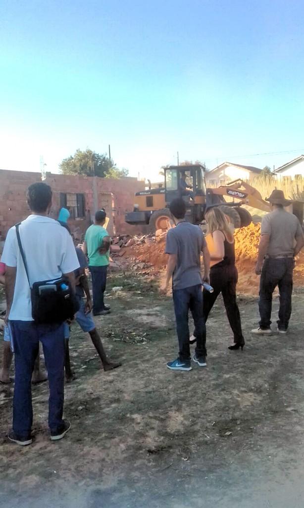 Equipe acompanha operação que demoliu construções irregulares (Foto: Colaboração)
