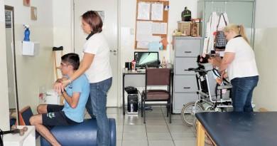 Equipe de fisioterapia durante atendimento a jovens assistidos pela Apae; entidade aguarda sanção (Foto: Rafaela Lourenço)