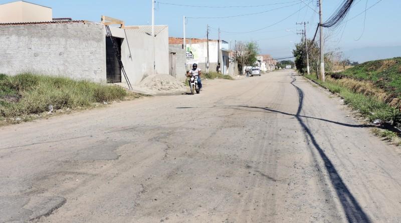 Avenida no Jardim Primavera, que deve receber obras de recapeamento com primeiro lote de R$ 250 mil liberados; orçamento é de R$ 1,5 milhão (Foto: Rafaela Lourenço)