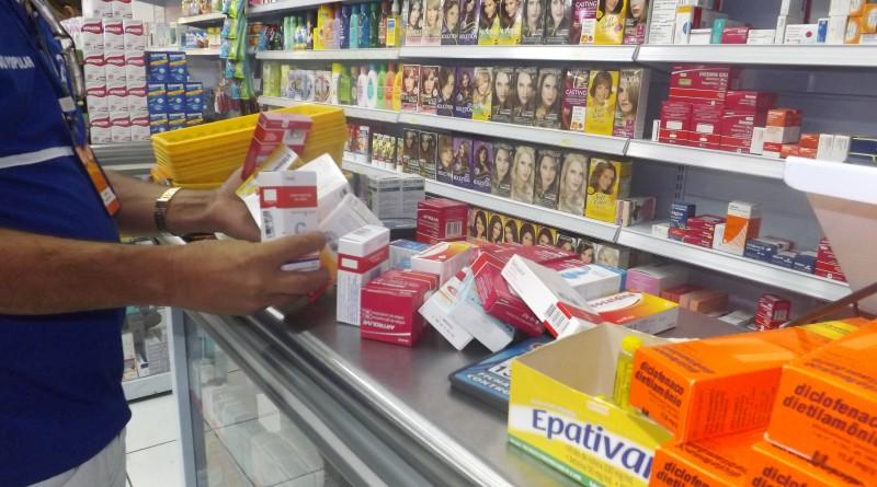 Medicamentos nas prateleiras de farmácias da cidade; atendimento é alvo de críticas de usuários (Foto: Arquivo Atos)