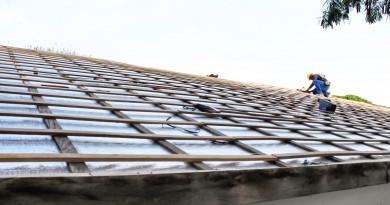 Funcionário da Prefeitura de Pindamonhangaba durante trabalho de recuperação de telhado de escola municipal; ação para 57 unidades (Foto: Divulgação)
