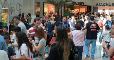 Movimento no shopping de Pindamonhangaba, que se reforça após assaltos na última semana (Foto: Reprodução)