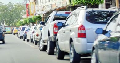 Carros estacionados em avenida no Centro de Aparecida; implantação de Zona Azul foi paralisada após denúncia de falha na divulgação (Foto: Arquivo Atos)