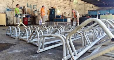 Funcionários da garagem municipal trabalharam material reutilizado para criar novo bicicletário; cidade aposta em uso de recicláveis (Foto: Lucas Barbosa)