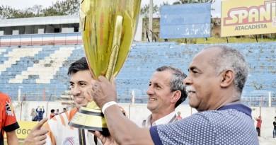 Dado de Oliveira (centro) comemora com a comissão técnica do Manthiqueira a histórica vitória que garantiu a primeira taça do clube (Foto: Leandro Oliveira)
