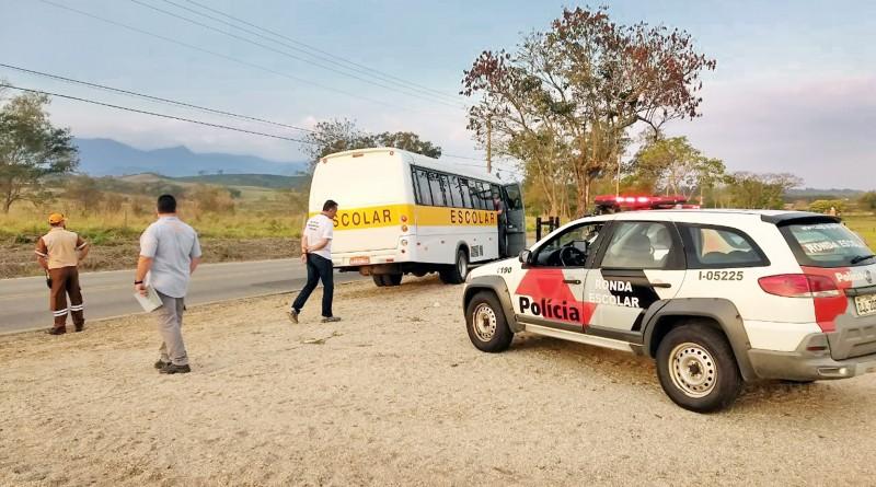Polícia Militar trabalha na vistoria em ônibus escolar, em operação em parceria com a Prefeitura de Pinda (Foto: Divulgação)