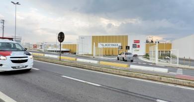 Viatura passa em frente ao Eco Valle Shopping, em Lorena; centro comercial reforça segurança para evitar novas ocorrências após dois assaltos em pouco mais de nove meses (Foto: Francisco Assis)