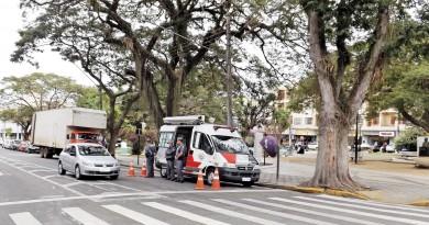 Policiais militares fazem ronda em praça na região central de Pinda; cidade projeta sistema com guardas (Foto: Divulgação)