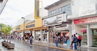 Centro comercial de Pindamonhangaba; cidade terá elevação na alíquota do impacto para empresas (Foto: Arquivo Atos)