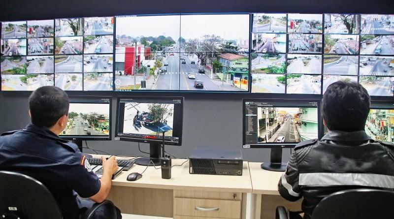 Funcionários  da secretaria de Segurança de Pindamonhangaba acompanham imagens captadas pelas câmeras de monitoramento em Pinda (Foto: Divulgação)