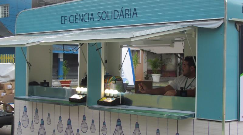 Unidade móvel da EDP SP de atendimento a troca de lâmpadas da EDP SP; Cruzeiro recebe mais de 6 mil unidades para substituição