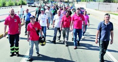 Ex-funcionários da Nobrecel durante um dos vários protestos pelos direitos trabalhistas pela fábrica desativada (Foto: Divulgação)