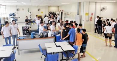 Estudantes acompanham apresentação de ações do Senai, durante inauguração de espaço em Cruzeiro (Foto: Rafaela Lourenço)