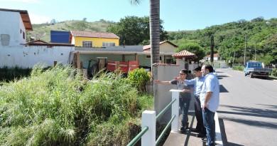 O prefeito de Silveiras Guilherme Carvalho (PSDB) acompanha o deputado Hélio Nishimoto (PSDB) por áreas que devem ser atendidas na cidade (Foto: Divulgação)