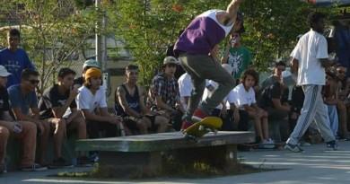 O skatista José Luis Eduardo faz manobra em Pinda; cidade aprova projeto para adoção de pistas públicas (Reprodução)