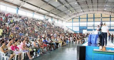 Quadra lotada para sorteio de casas nesta sexta-feira, em Cruzeiro; entrega esperada para o dia 20 (Foto: Divulgação)