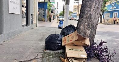 Lixo em calçada de Cruzeiro; população cobra efetividade em serviço (Foto: Jéssica Dias)