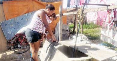 Moradora mostra poço de água improvisado; bairro terá tratamento (Foto: Arquivo Atos)