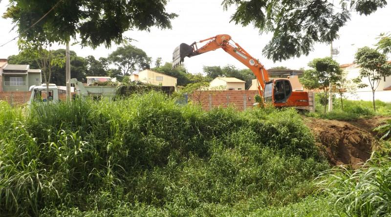 Escavadeira da Prefeitura de Lorena, durante trabalho de desassoreamento no Rio Mandi, no Santa Edwiges (Foto: Lucas Barbosa)