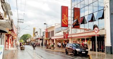 Avenida no Centro de Pindamonhangaba; cidade não terá reajuste no IPTU após pedido de adiamento na votação de projeto na Câmara (Foto: Arquivo Atos)