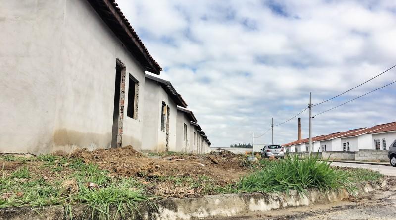Casas inacabadas do CDHU; local, que é alvo de críticas e denúncias, teve obra retomada e previsão de entrega de vinte unidades em fevereiro (Foto: Jéssica Dias)