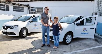 O prefeito Fábio Marcondes entrega veículos à secretária de Saúde; setor ganha reforço no atendimento (Foto: Divulgação PML)
