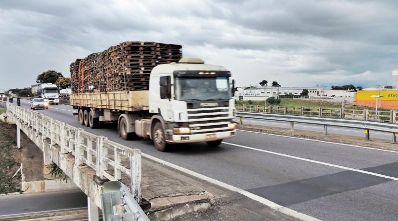 Carreta passa pela rodovia Presidente Dutra; CCR encaminha R$ 28 milhões verbas para cidades da região (Foto: Lucas Barbosa)