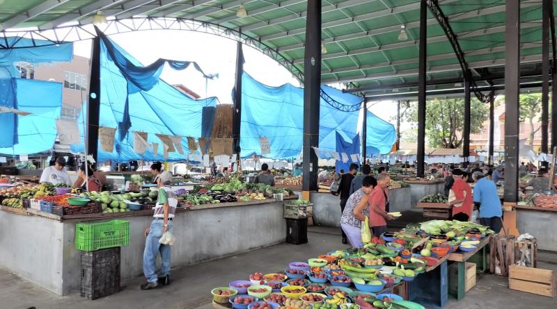 O galpão da feira livre de Pindamonhangaba, que deve ter obras até dezembro; espaço aguarda atendimento da Prefeitura há anos (Foto: Lucas Barbosa)