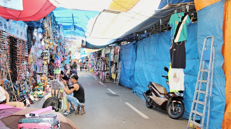 A feira livre de Aparecida, que teve funcionamento liberado durante todos os dias de janeiro; decisão é criticada por comerciantes do local (Foto: Juliana Aguilera)