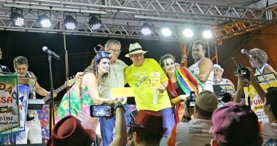 Marchinha vencedora recebe prêmio das mãos do prefeito Marcus Soliva; foliões comemoram retomada (Foto: Juliano Aguilera)