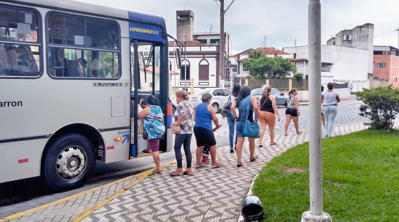 Passageiros embarcam em ônibus do transporte público de Lorena; espaço para idosos é criticado (Foto: Lucas Barbosa)