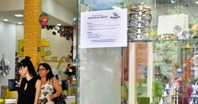 Cartaz indica vaga aberta no comércio de Guaratinguetá; cidade é destaque em levantamento do Caged (Foto: Juliana Aguilera)