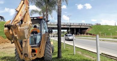 Obra da CCR Nova Dutra, que atende pedido de melhoria em área de acesso à Lorena; pedestres e motoristas cobraram concessionária (Foto: Lucas Barbosa)