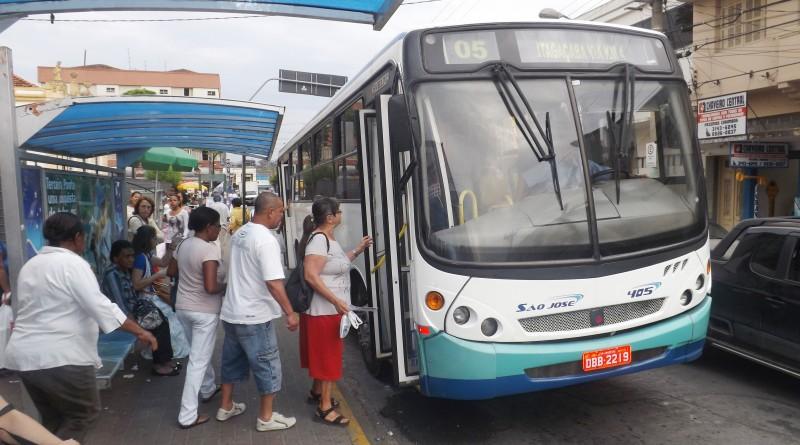 Passageiros embarcam em ônibus em ponto da região central de Cruzeiro; cidade tem reajuste na tarifa (Foto: Arquivo Atos)
