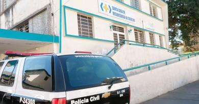 Viatura da Polícia Civil estacionada em frente à Santa Casa de Cruzeiro; saúde e criminalidade são dois dos problemas levantados em enquete (Foto: Divulgação)