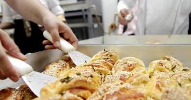 Alunos durante aula de padaria artesanal; Fundo Social de Guará abre inscrições nesta segunda (Foto: Arquivo Atos)