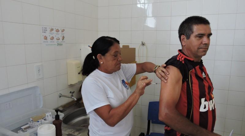 Morador recebe vacina contra a febre amarela em Silveiras; cidade intensifica conscientização (Foto: Divulgação PMS)