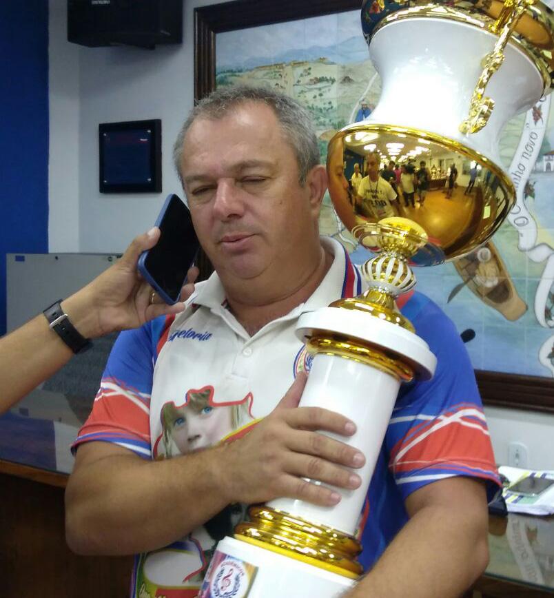 O presidente da Acadêmicos do Campo do Galvão, José Canário, levanta a taça (Foto: Leandro Oliveira)