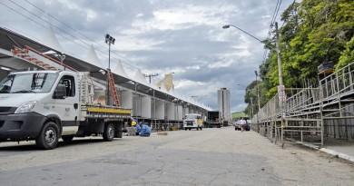 A avenida Presidente Getúlio Vargas, onde montagem da estrutura para Carnaval não conseguiu atender prazo da Prefeitura de Guará (Foto: Leandro Oliveira)