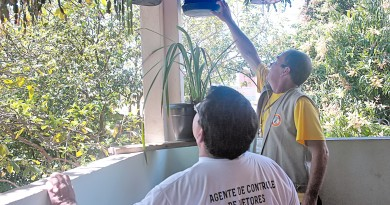 Funcionários da Prefeitura em trabalho de vistoria para descobrir criadouros do Aedes aegypti; Pinda faz alerta após laudo em 2017 (Foto: Arquivo Atos)