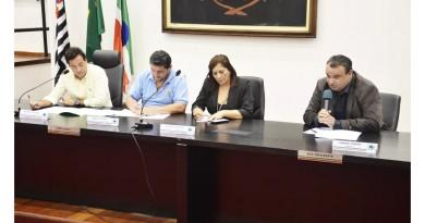 A participação do secretário Fabiano Vanone (à direita) durante oitivas da CEI na Câmara de Pinda (Foto: Arquivo Atos)