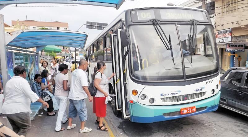 Passageiros embarcando no ônibus do TUG; transporte coletivo paralisou nesta semana (Foto: Arquivo Atos)